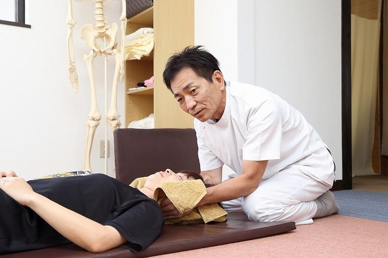 首の痛みの原因と治療について